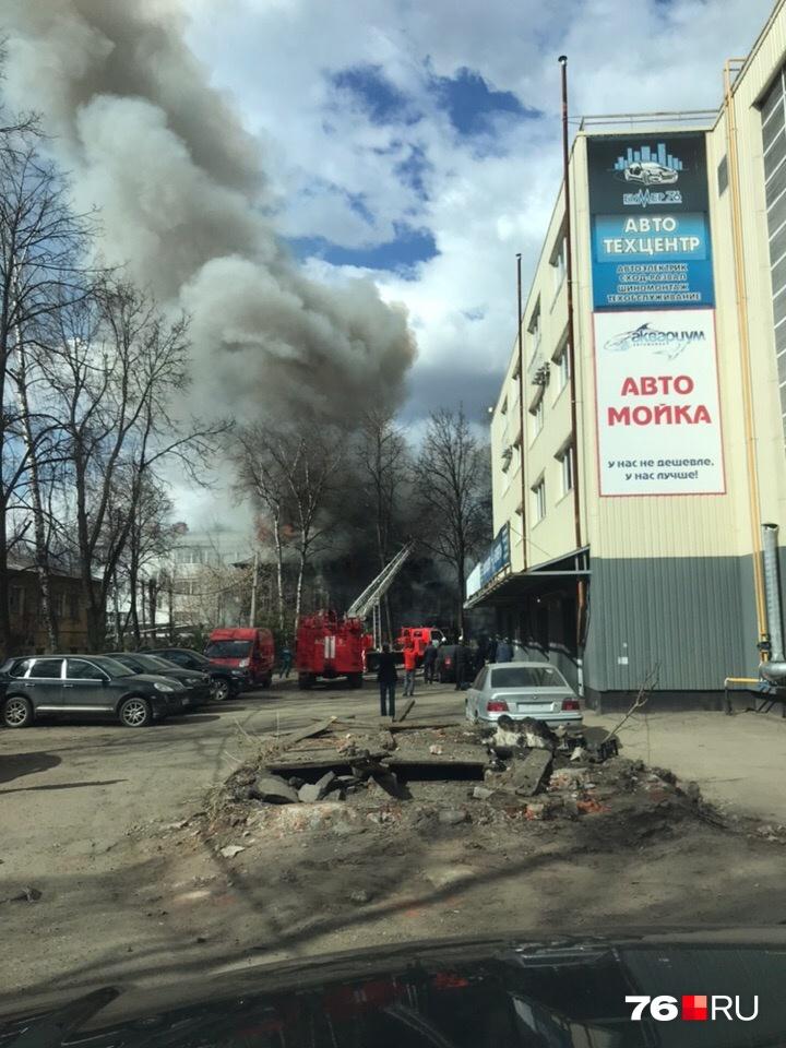 Столб дыма видно соседних улиц