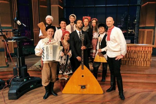 Ивану Урганту очень понравилась балалайка-контрабас. Андрей Киряков — справа от Ивана