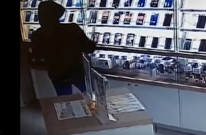 Сначала парень зашел в салон под видом покупателя, а перед закрытием магазина вернулся, чтобы забрать деньги и смартфоны