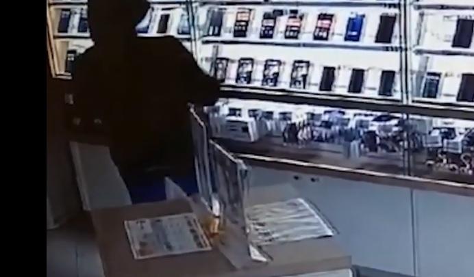 В центре Екатеринбурга разбойник, обчистивший салон сотовой связи, попал на видео