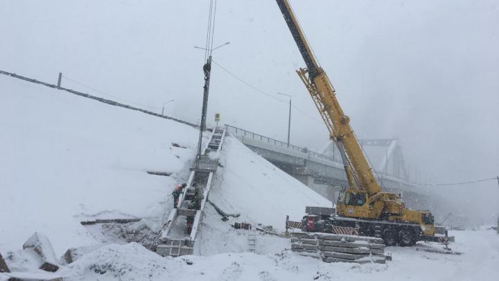 «Проход закрыт»: стало известно, когда пешеходам разрешат ходить по Фрунзенскому мосту
