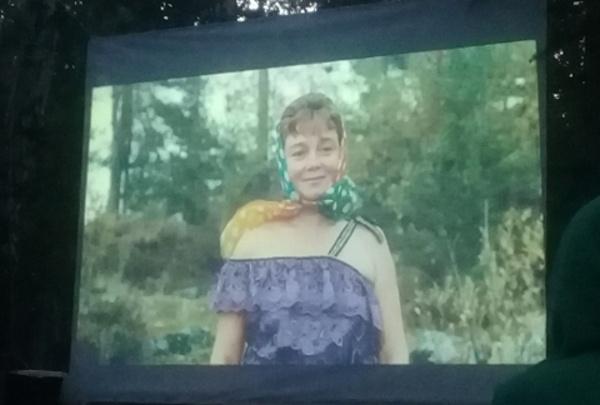 Омичи заняли поляну в парке 30-летия ВЛКСМ, чтобы посмотреть «Любовь и голуби»