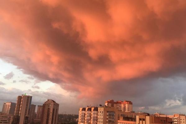Горожане снимали небо из разных точек города