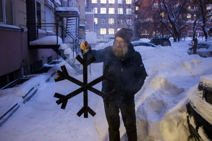 Деревянная снежинка, которую сожгли на акции «Холодно»