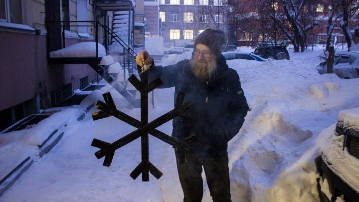 «Здесь 5 градусов!»: новосибирские художники сожгли снежинку на выставке в подвале без отопления