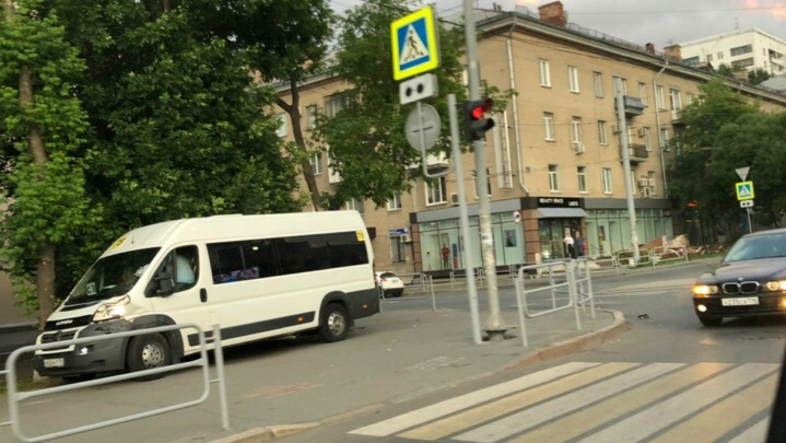 «Водитель — ас!»: в Челябинске маршрутка вылетела на тротуар после аварии с BMW