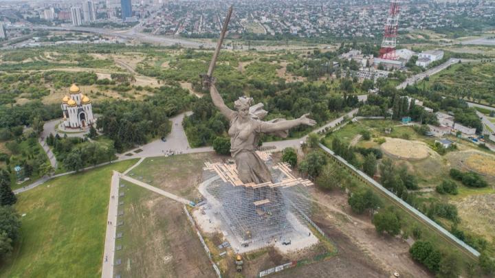 По колено в лесах: как ремонтируют самый высокий памятник в России