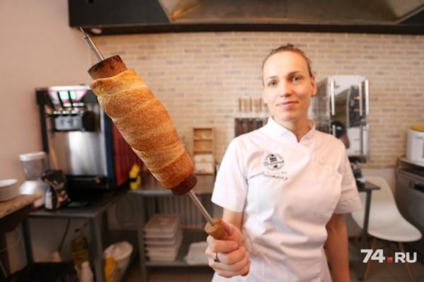 В Челябинске начали печь булочки на вертеле