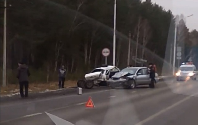 Начинающий водитель Lifan не смог обогнать грузовик и столкнулся с легковушкой на тюменской трассе