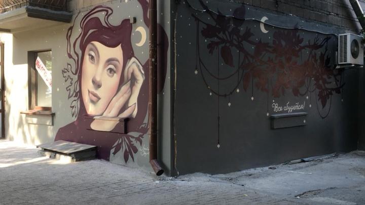На доме в центре Новосибирска появился огромный портрет девушки со звёздами