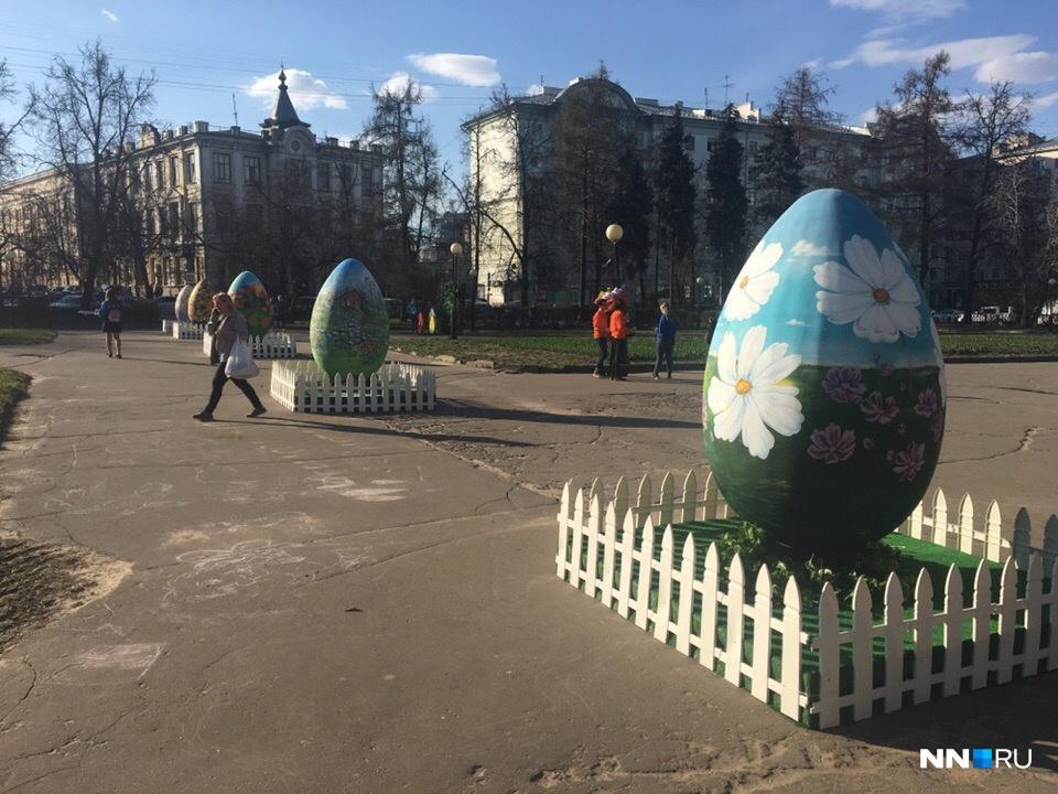 Яйца на площади Горького выставлены в ряд