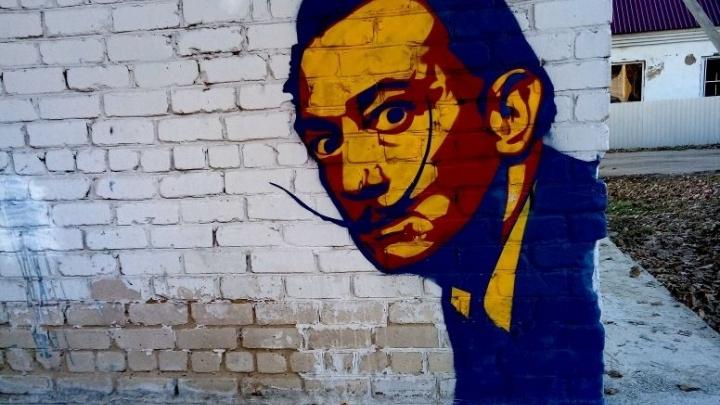 «Всё началось, когда я узнал о Бэнкси»: уличный художник прописал в Урюпинске Дали и Маяковского