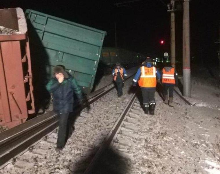 Пассажиров электричек будут довозить на автобусах: состав с углём сошёл с рельсов под Екатеринбургом