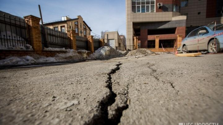 Локоть потребовал у застройщика 6 миллионов за ремонт провала рядом со стройкой