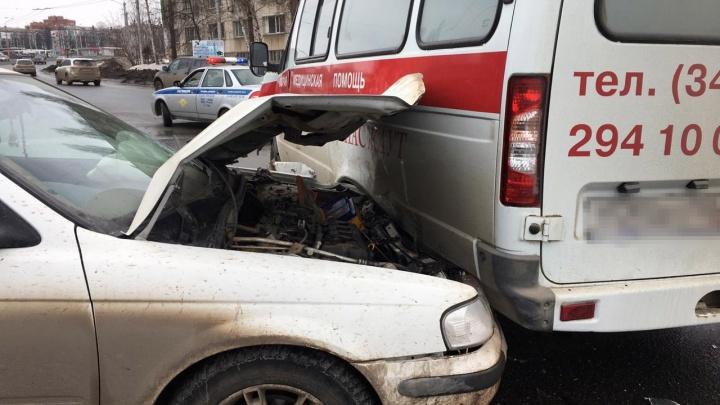 Водитель скончался в больнице: на перекрестке в Уфе столкнулись две легковушки и скорая