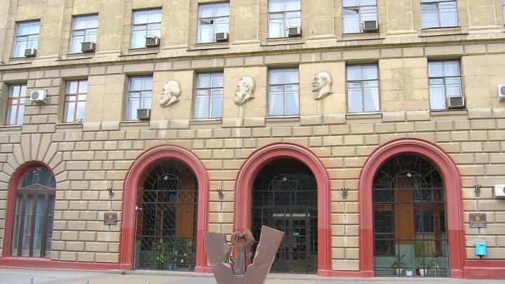 «Сталина на них нет»: волгоградскому медицинскому университету не вернут на фасад вождя народов