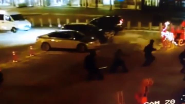 Несколько раз выстрелили и забрали 30 миллионов: ограбление около Кольцово попало на видео