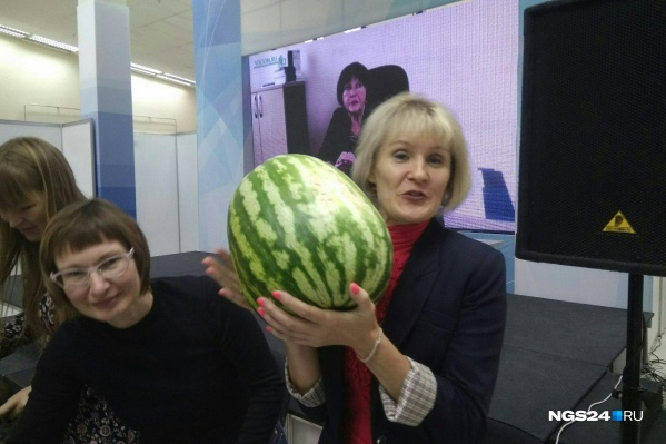 Виктория Глотова вырастила на своей даче огромный арбуз