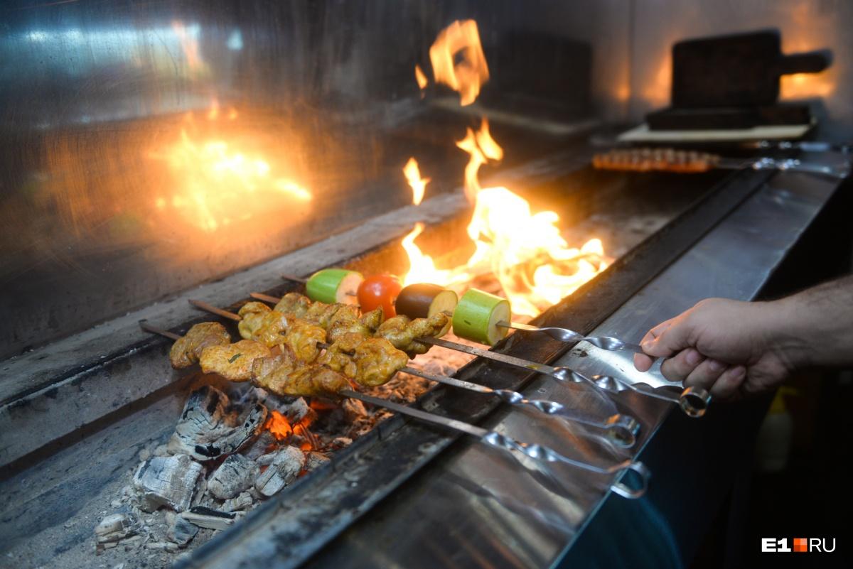Шашлык должен готовиться на шампуре, иначе это не шашлык, считает Арсен