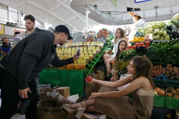 На Центральном рынке в рамках фестиваля современного искусства «48 часов Новосибирск» прошёл перформанс под стихотворение Владимира Луговского