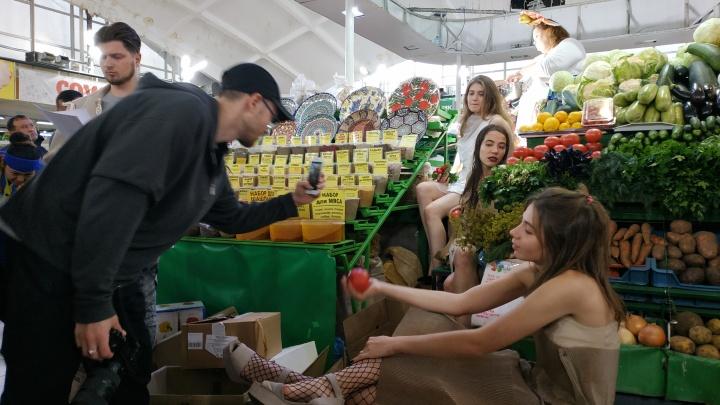 На Центральном рынке раздели девушек и начали читать стихи