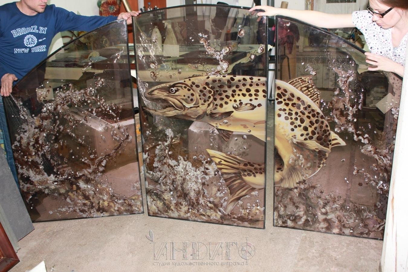 Рыба выполнена в технике заливного витража. По словам мастеров, заказчик сказал: «Как же прекрасна ваша заливная рыба!»