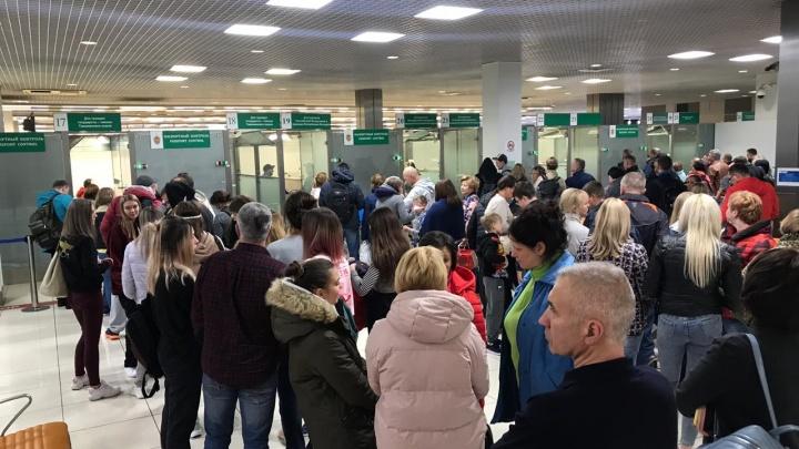 «Посадили в самолет и катали по взлетке»: рейс из Екатеринбурга в Нячанг задержали почти на 19 часов