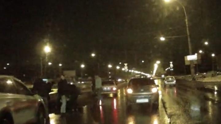 «Одна лежала на асфальте»: в Тольятти автомобилист сбил двух женщин