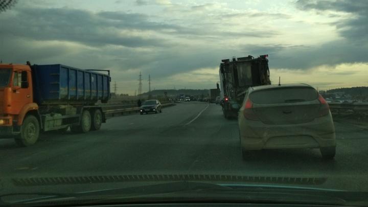 Дорожники объяснили, что причиной утренней пробки на ЕКАД стали шумовые полосы