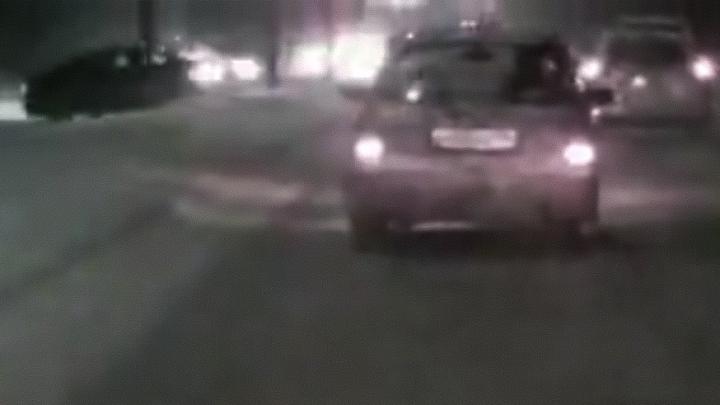 Эпичная авария с «Тойотой» попала на видео: машина вылетела через сугроб на встречку Бердского шоссе