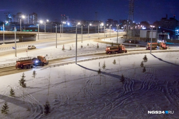 На четырех участках дорог в Красноярске использовали песко-соляную смесь