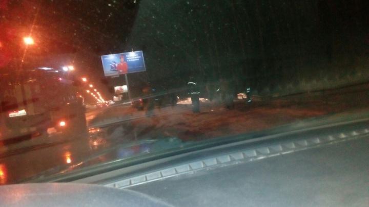 На Бердском шоссе автомобиль влетел в автобусную остановку