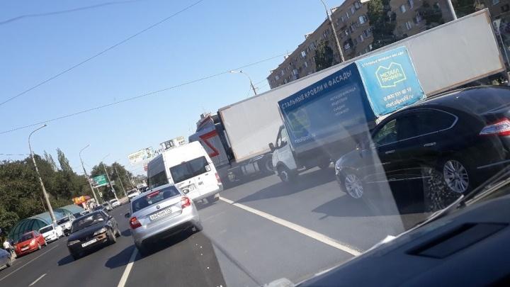ДТП с грузовиком остановило Вторую Продольную в Волгограде: движение в сторону центра затруднено