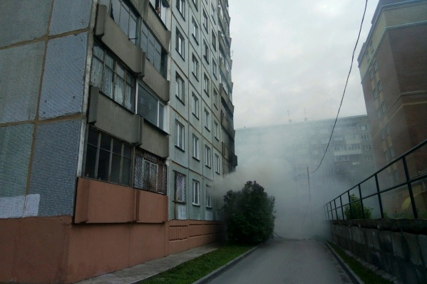Трёхкомнатная квартира загорелась на первом этаже