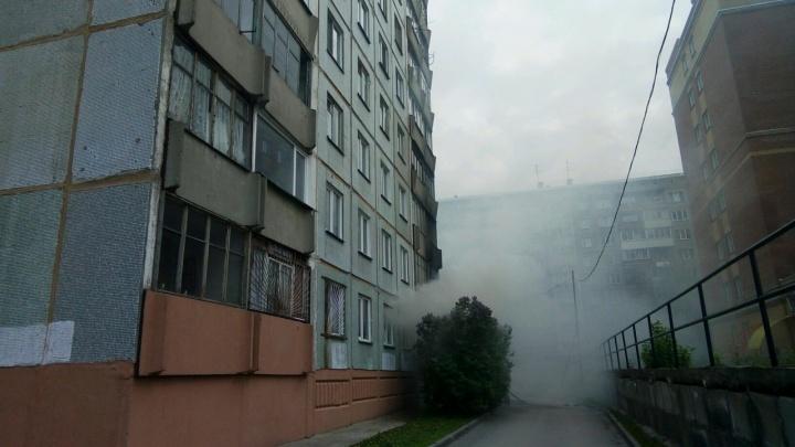 Из загоревшегося дома в Дзержинском районе вывели 7 человек: среди спасённых один ребёнок