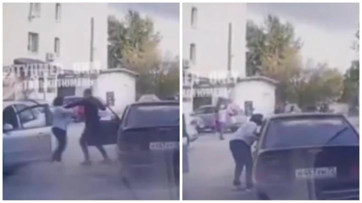 В Тюмени женщина набросилась на водителя легковушки