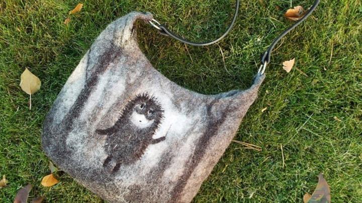 Омичка бросила работу и начала валять из шерсти сумочки с ёжиком в тумане и Бемби