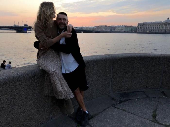Иван Ургант показал в эфире эту фотографию Шнурова и его новой жены