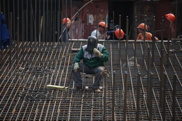 Сейчас на стройке работают в том числе и люди со строительным образованием, но скоро квалифицированные инженеры-строители и прорабы могут пропасть как вид