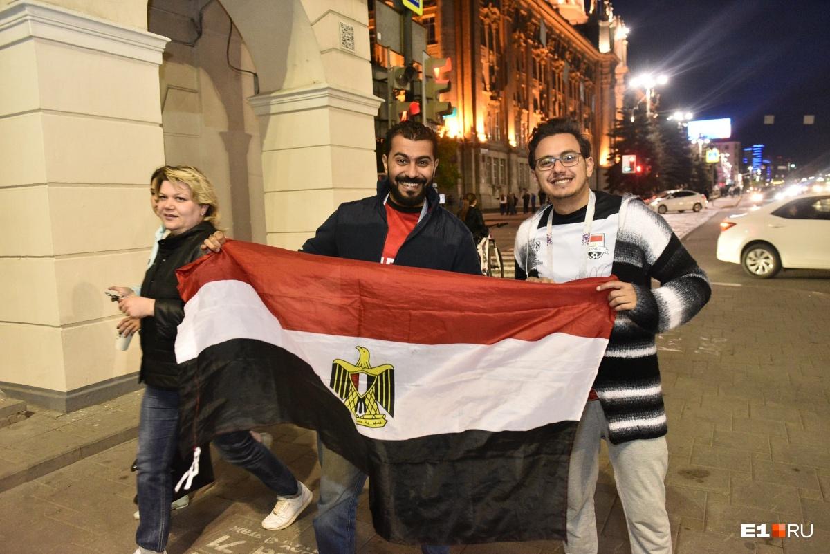 Здесь же и футбольные фанаты из Египта