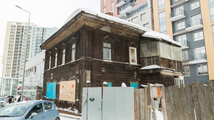 Избушка в каменных джунглях. Что за деревянный дом стоит между новостройками на Революции?