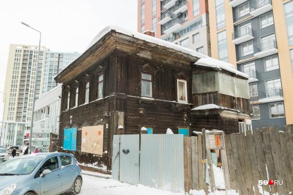 Вот такой дом с неровным заборчиком стоит в самом сердце города