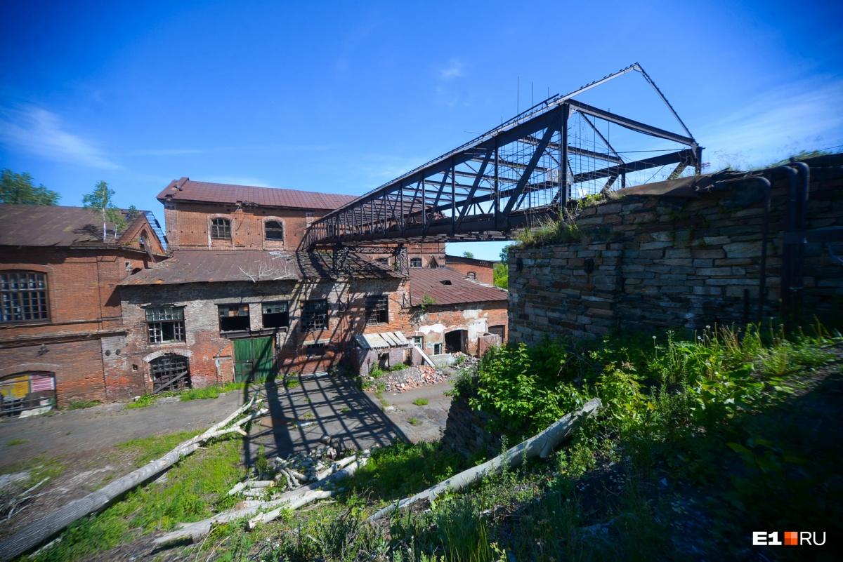 От плотины построили эстакаду, по которой шла конно-рельсовая дорога. Она выходила наверх, оттуда сбрасывался металл в печи, которые стояли внутри завода