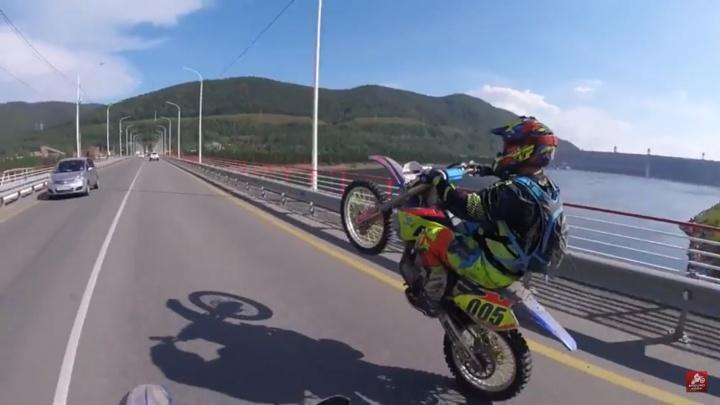 Мотоциклисты сняли захватывающее видео поездки до Красноярской ГЭС по бездорожью