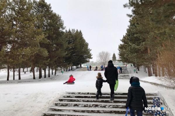 В Советском парке в качестве спусков используют все наклонные поверхности — лестницы, склоны и лыжероллерную трассу