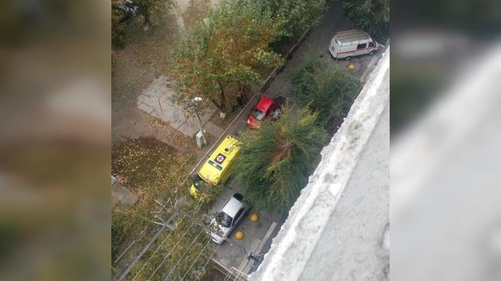 Тюменцы вызвали спецслужбы из-за женщины, стоявшей на окне