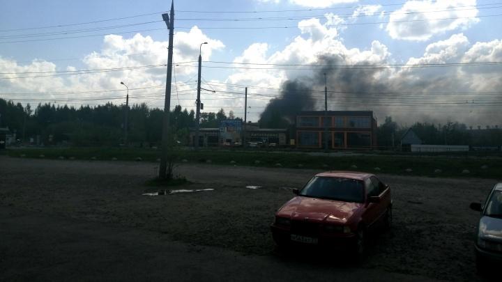«Клубы чёрного дыма валят из промзоны»: что стало известно о пожаре в Ярославле