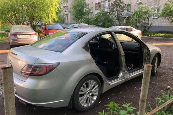 Владелец машины очень расстроен из-за любимого автомобиля