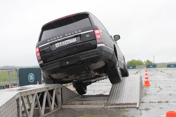 Престижный автомобиль штурмует «бездорожье»