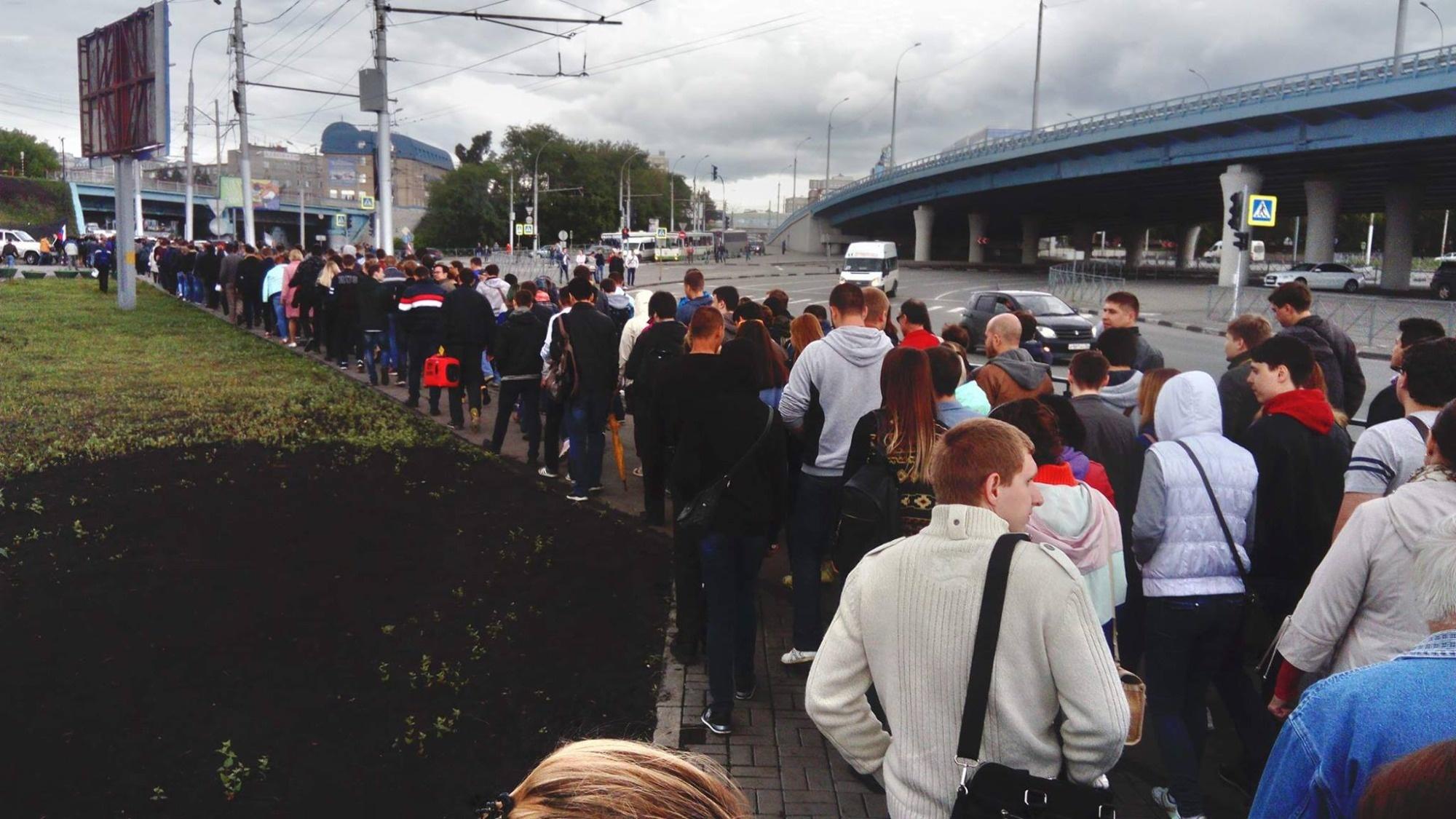 Митингующие покидают Михайловскую набережную
